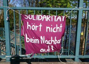 Solidarität hört nicht beim Nachbarn auf_ Transparent
